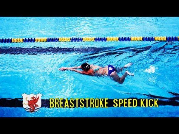 コンパクトでスピーディーな平泳ぎのキックの打ち方