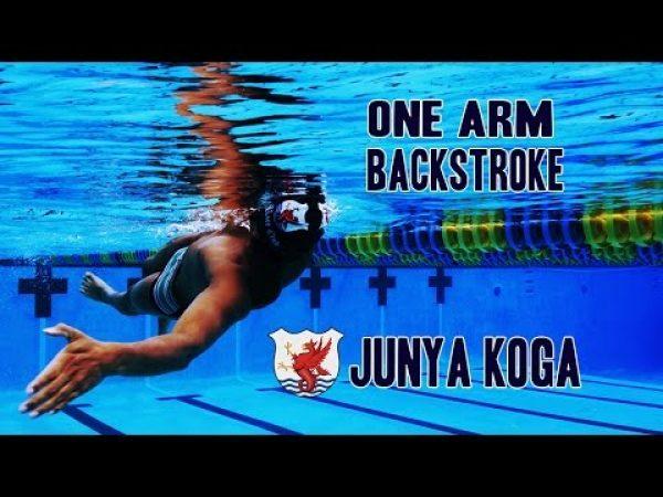 片手背泳ぎをやることで、左右のバランスを意識しよう